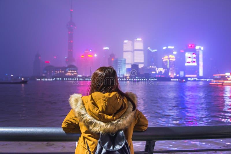 Mulher nova do turista que olha a vista da barreira em shanghai, porcelana imagem de stock