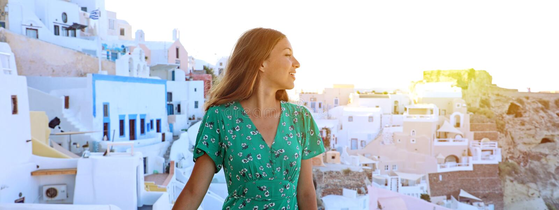 Mulher nova do viajante que visita a vila mediterrânea de Oia no Sa fotos de stock royalty free