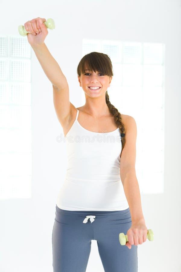 Jovem mulher durante o exercício fotografia de stock royalty free
