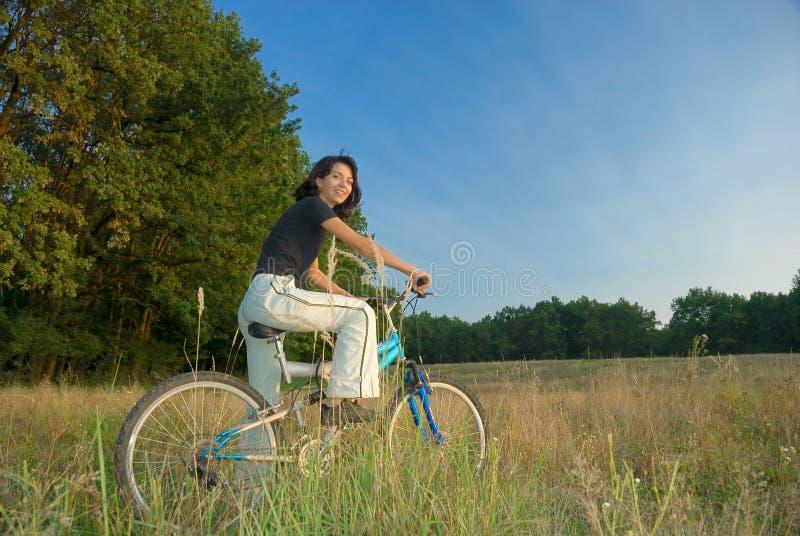 Mulher nova e bicicleta fotos de stock