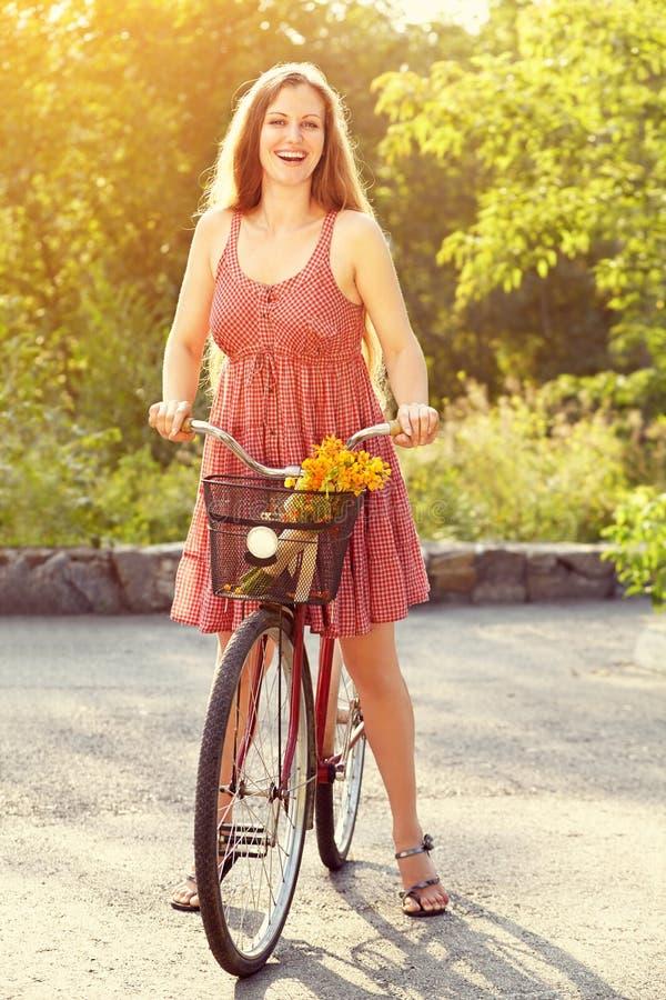 Mulher nova e bicicleta foto de stock royalty free