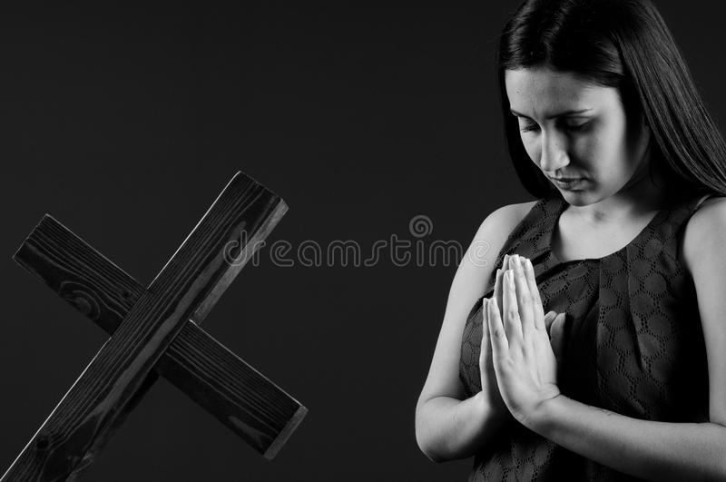 Mulher nova e bonita que praying fotografia de stock royalty free