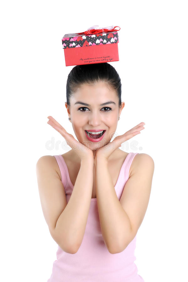 Mulher nova e caixa de presente felizes fotos de stock royalty free