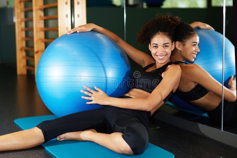Mulher nova e saudável que aprecia o tempo no fitness center foto de stock
