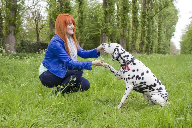 Mulher nova e seu cão fotos de stock royalty free
