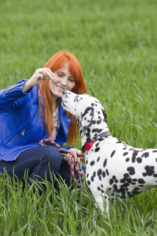 Mulher nova e seu cão fotografia de stock royalty free