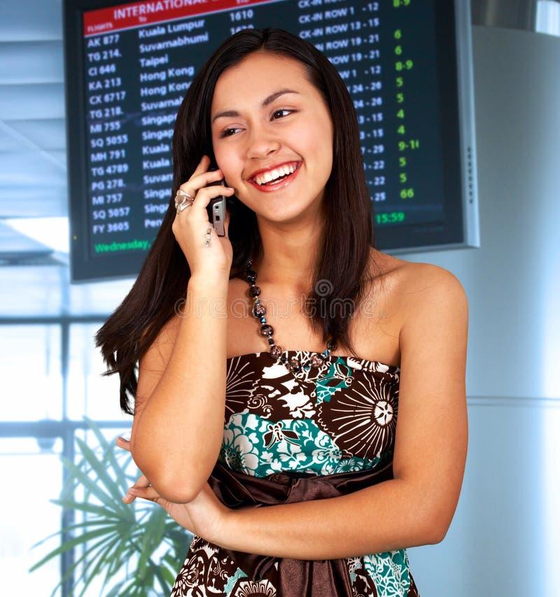 Mulher nova em um aeroporto imagem de stock royalty free