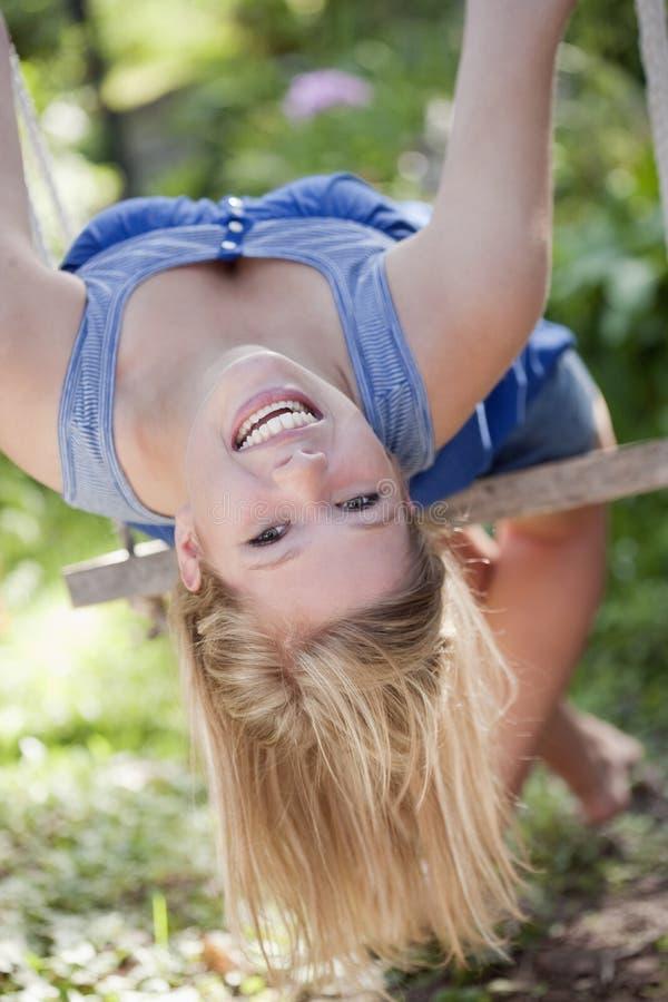 Mulher nova em um balanço foto de stock