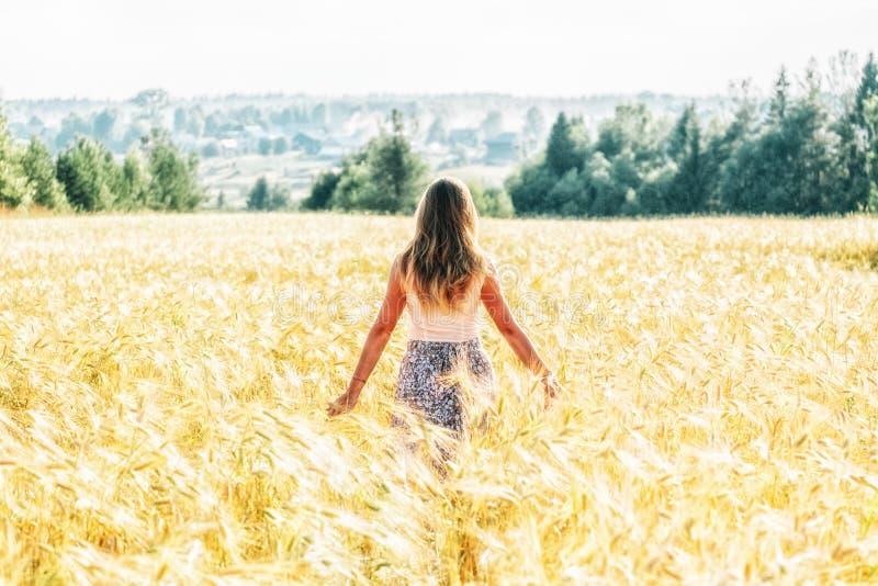Mulher nova em um campo de trigo foto de stock royalty free