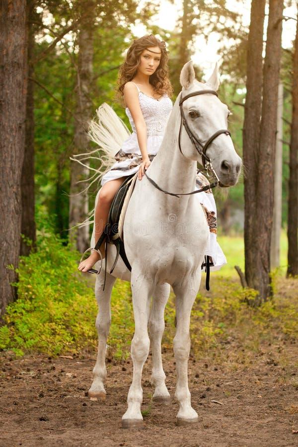 Mulher nova em um cavalo Cavaleiro de Horseback, cavalo de equitação da mulher imagem de stock royalty free