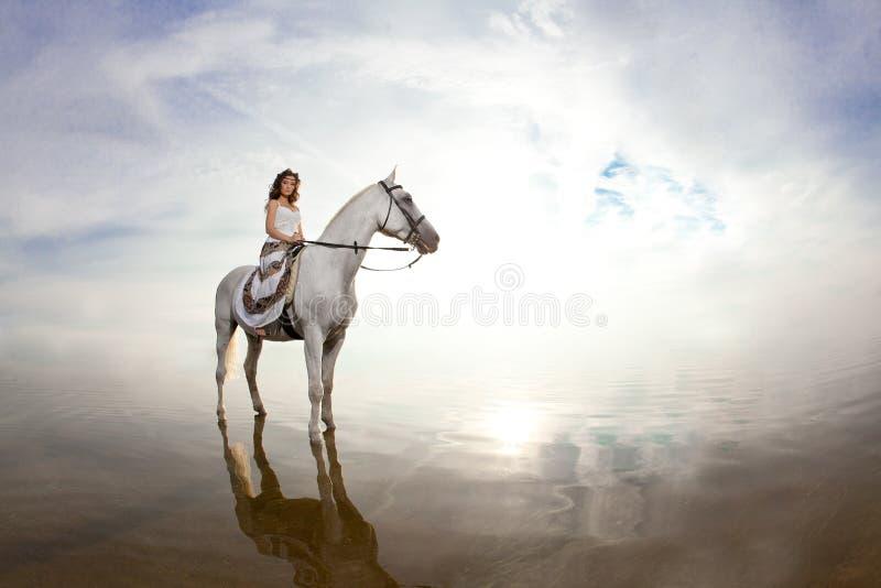 Mulher nova em um cavalo Cavaleiro de Horseback, cavalo de equitação da mulher em b imagens de stock royalty free