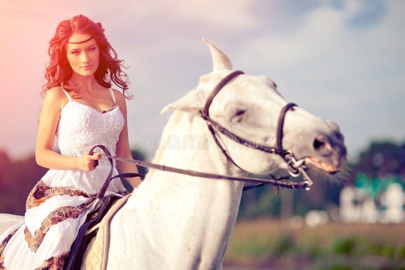 Mulher nova em um cavalo Cavaleiro de Horseback, cavalo de equitação da mulher em b imagens de stock
