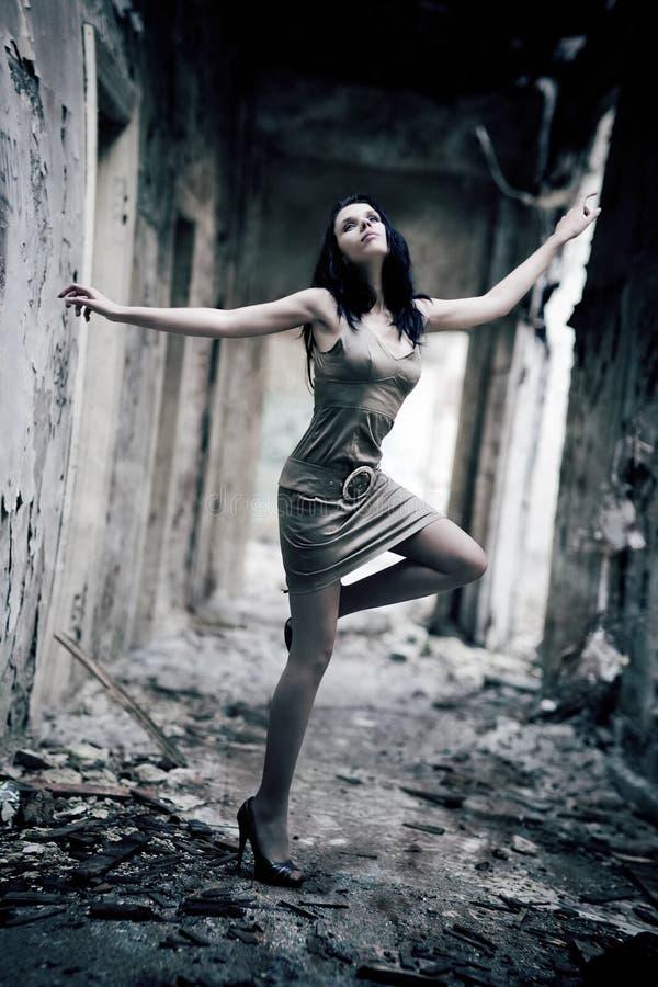 Mulher nova em um edifício arruinado foto de stock royalty free