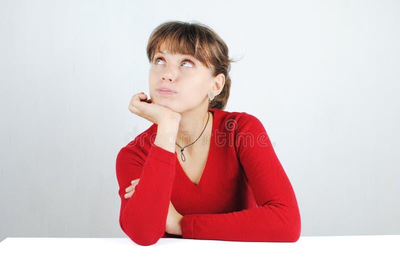 Mulher nova em uma camisola vermelha imagens de stock