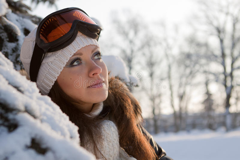 Mulher nova em vidros do esqui. foto de stock