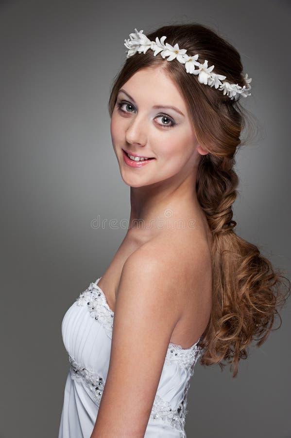 Mulher nova encantadora no vestido branco imagem de stock royalty free