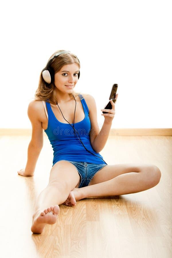 A mulher nova escuta música imagens de stock royalty free