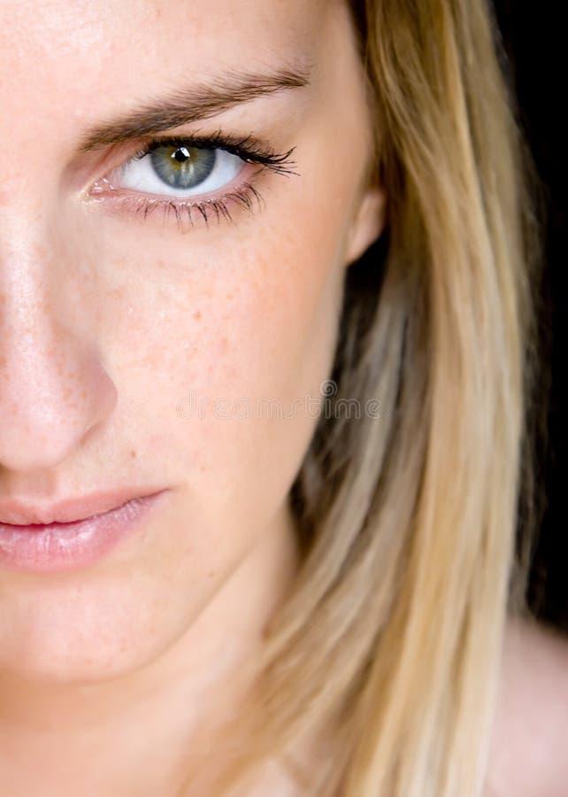 Mulher nova eyed verde fotos de stock