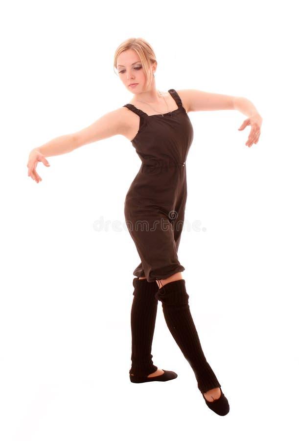 A mulher nova faz o exercício da dança isolado fotos de stock