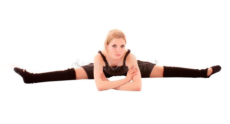 A mulher nova faz o exercício da dança isolado foto de stock