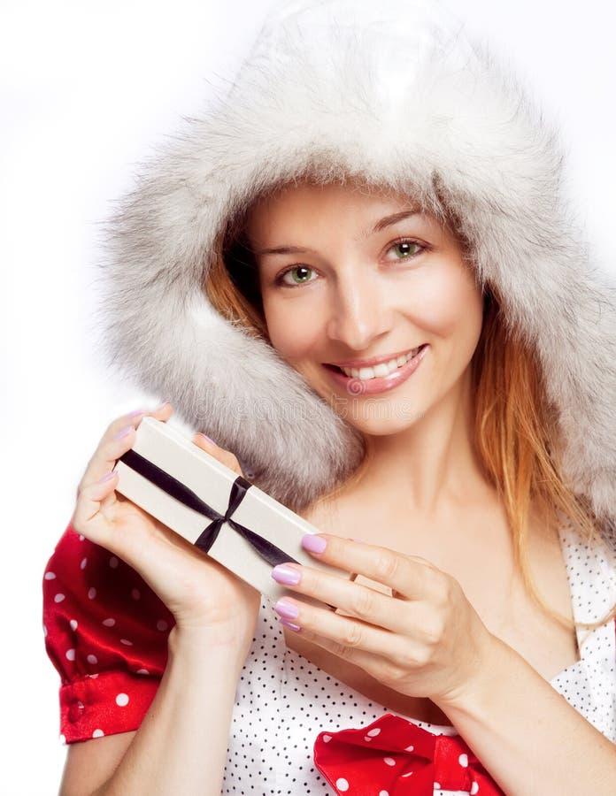 Mulher nova feliz com a caixa de presente do Natal fotos de stock