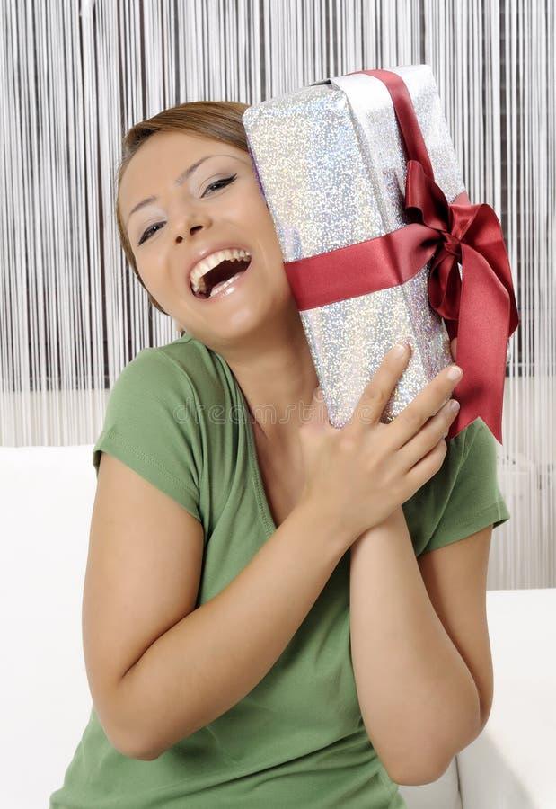 Mulher nova feliz com caixas de presente imagem de stock