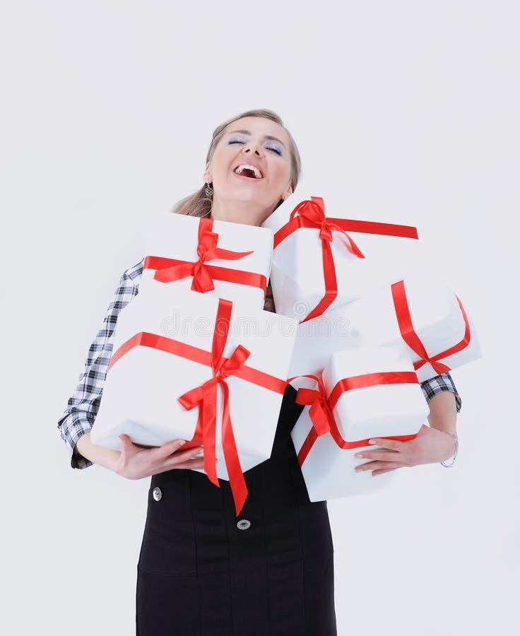 Mulher nova feliz com caixas de presente Isolado no branco imagens de stock royalty free