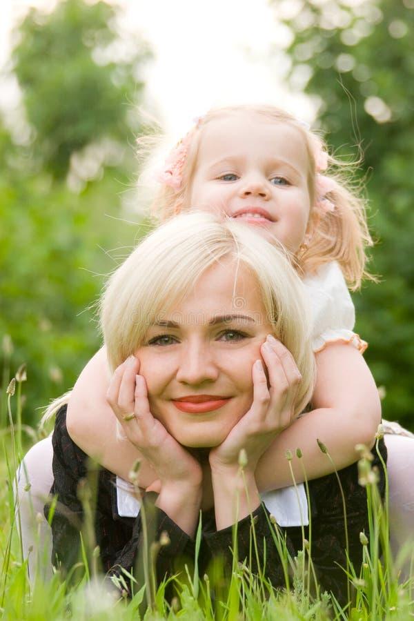 Mulher nova feliz com filha pequena fotografia de stock