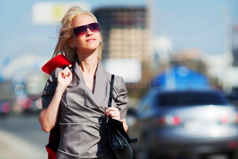 Mulher nova feliz de encontro ao tráfego de cidade fotografia de stock royalty free
