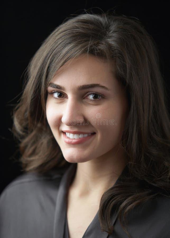 Mulher nova feliz de sorriso bonita no preto fotos de stock