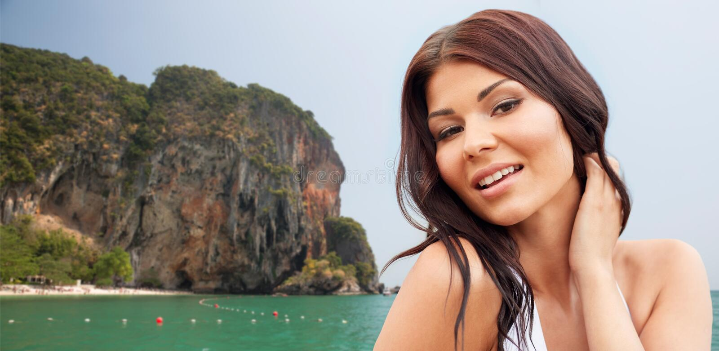 Mulher nova feliz na praia fotografia de stock royalty free