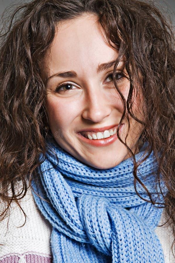 Mulher nova feliz no lenço azul fotos de stock royalty free