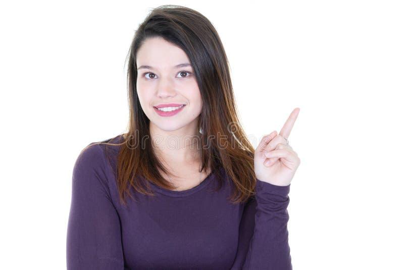 Mulher nova feliz que aponta acima no copyspace imagens de stock royalty free