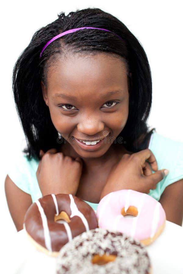 Mulher nova feliz que olha anéis de espuma imagem de stock royalty free
