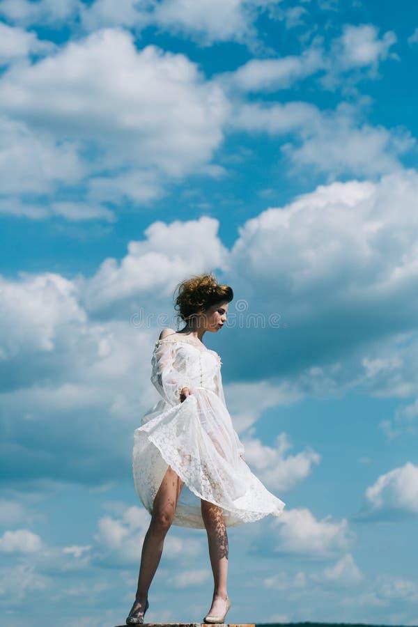 A mulher nova feliz sonha para voar em ventos imagem de stock