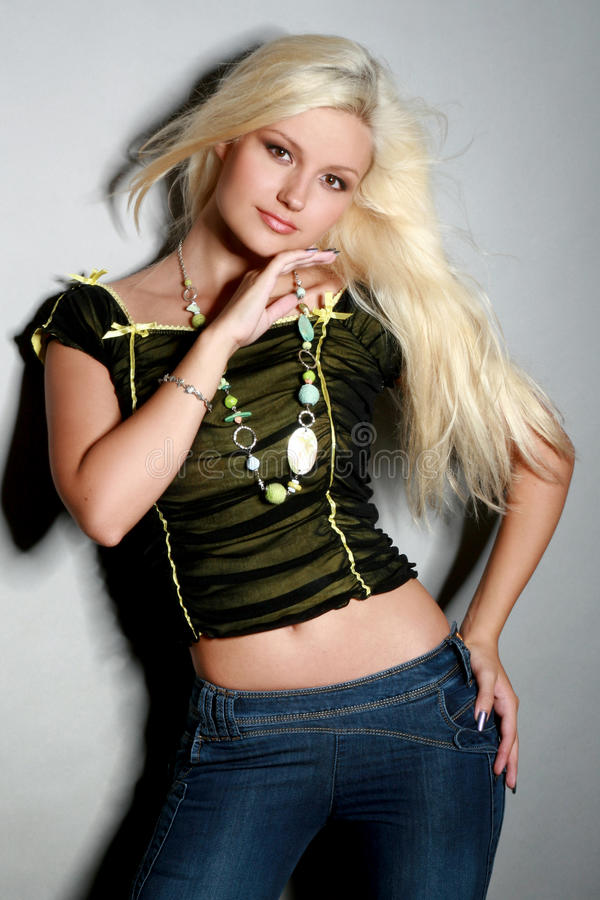 Mulher nova glamoroso na camisa e nas calças de brim foto de stock royalty free