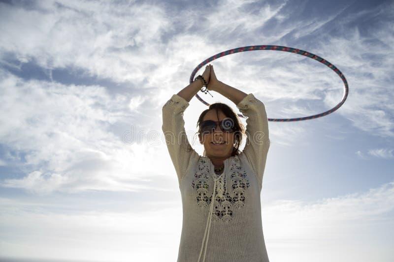 Mulher nova Hoola Hooping na praia foto de stock