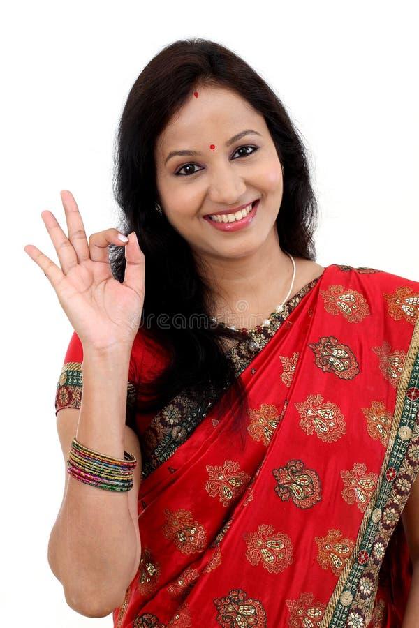 Mulher nova indiana tradicional que faz o sinal aprovado fotografia de stock royalty free