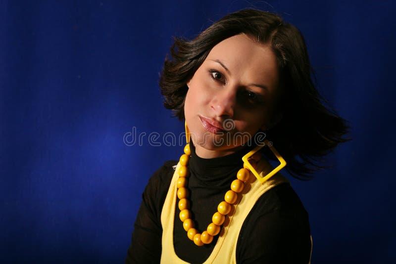 Mulher nova isolada no azul foto de stock royalty free