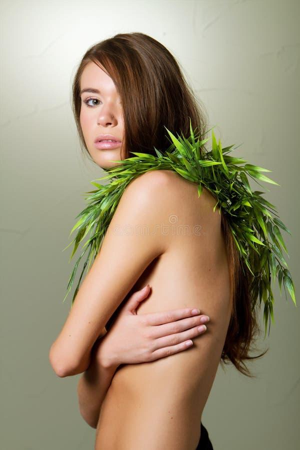 Mulher nova lindo com folhas de bambu imagens de stock royalty free