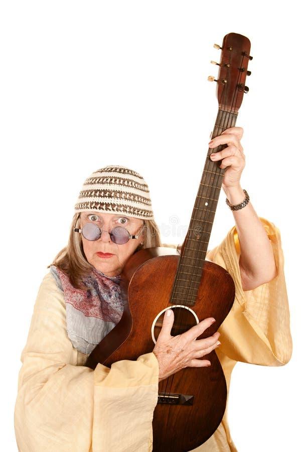 Mulher nova louca da idade com guitarra foto de stock