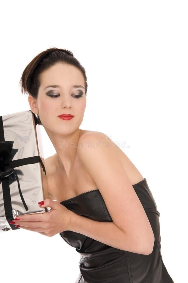 A mulher nova místico começ um presente de prata do Natal imagens de stock