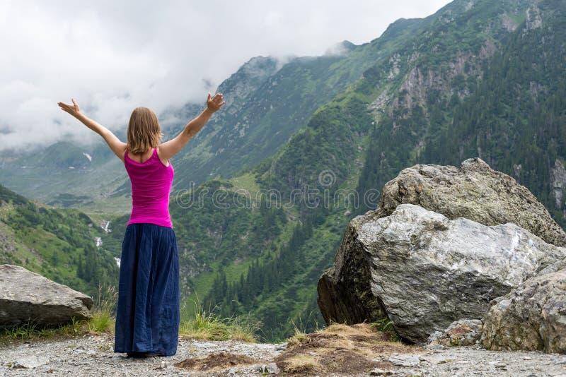 A mulher nova Meditate imagens de stock royalty free