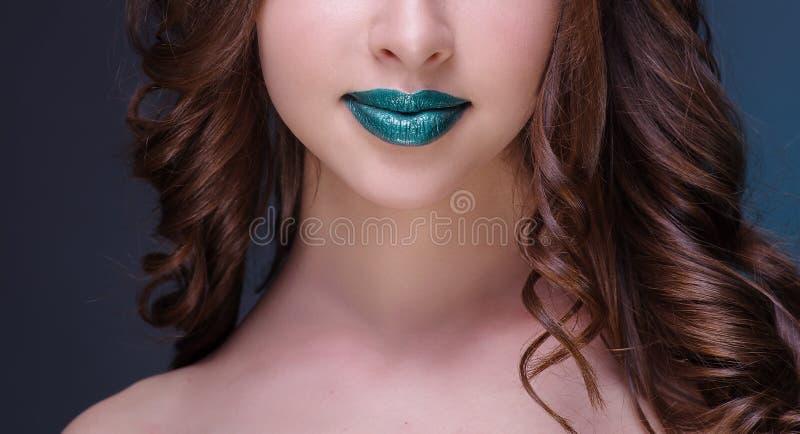 Mulher nova 15 A menina bonita com bordos verdes foto de stock royalty free