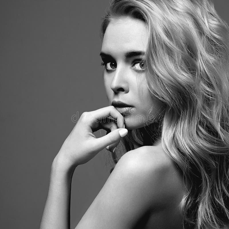 Mulher nova 15 Menina loura bonita retrato do monochrome da forma fotografia de stock