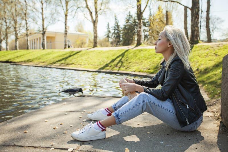Mulher nova 20 Modelo louro na sarja de Nimes azul imagem de stock royalty free