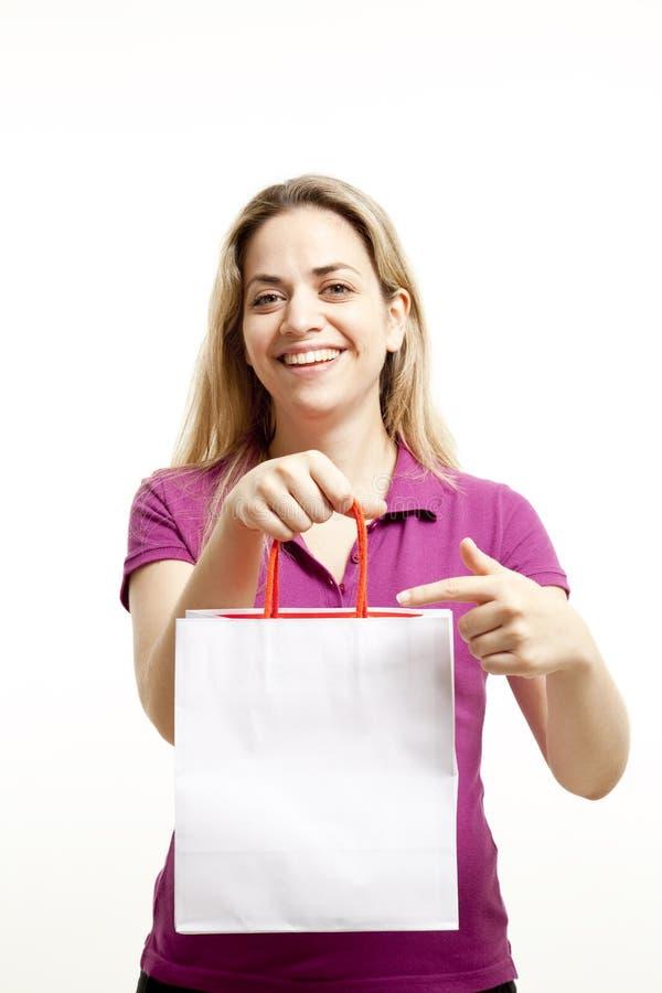 Download A Mulher Nova Mostra O Saco De Compras De Papel Foto de Stock - Imagem de presente, fundo: 10057636