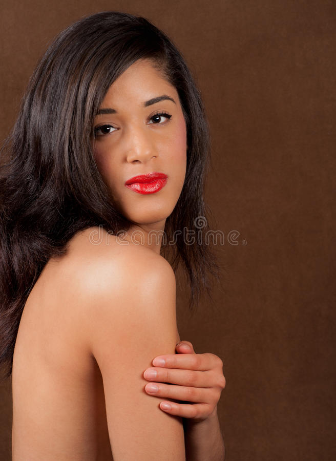 Mulher nova multicultural encantadora com parte traseira desencapada foto de stock royalty free