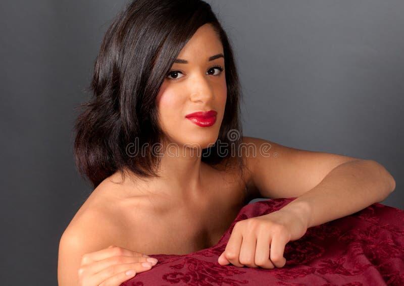 Mulher nova multicultural encantadora com parte traseira desencapada fotografia de stock