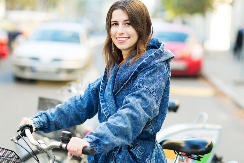 Mulher nova na bicicleta fotos de stock royalty free